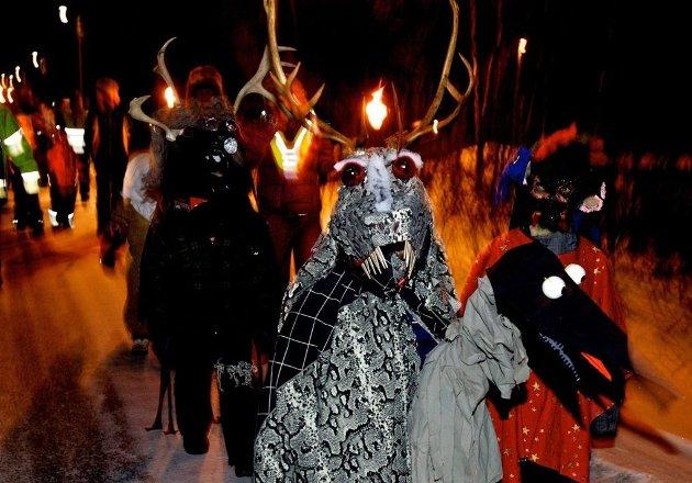 Barnenisser: Tidlig på kvelden er det opptog for barnenissene. Selv om maskene kan være fryktinngytende er nissene langt mer medgjørlige enn de som erobrer bygda senere på kvelden.