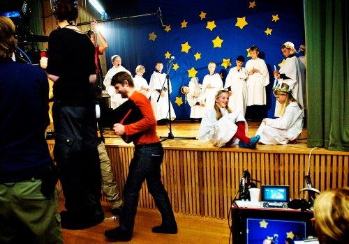 FILMING: Regissør Christian Lo gjør klar til nye opptak. På Vidarheim skole er det luciafeiring og lokale stjerneskudd står på scenen. «Bestevenner» har premiere i oktober. Foto: Silje Rindal