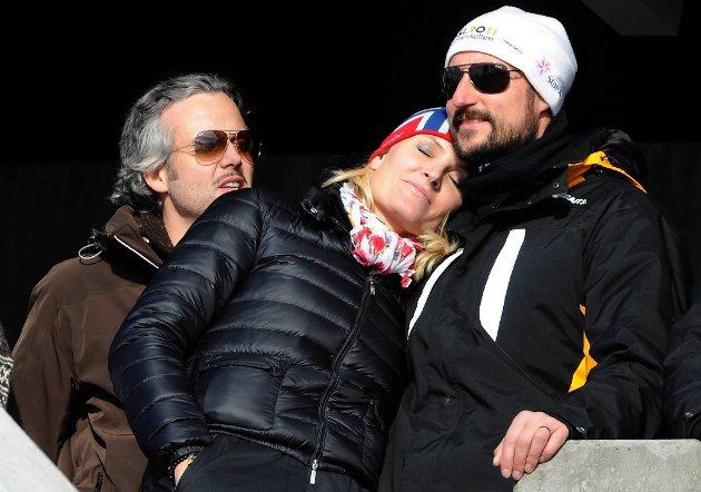 Kronprinsesse Mette-Marit og Kronprins Haakon hadde tid til litt kos i sola.