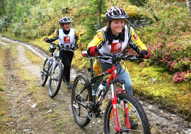 Værstingen 2007. På vei opp den siste kneika i Øydalen. Margareth Berentzen og Randi Osmo Krane var de eneste i kvinneklassen. Foto: Per Vikan