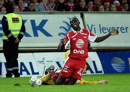 Seyi Olofinjana takles i kampen mellom Brann og Lillestrøm i 2003.
