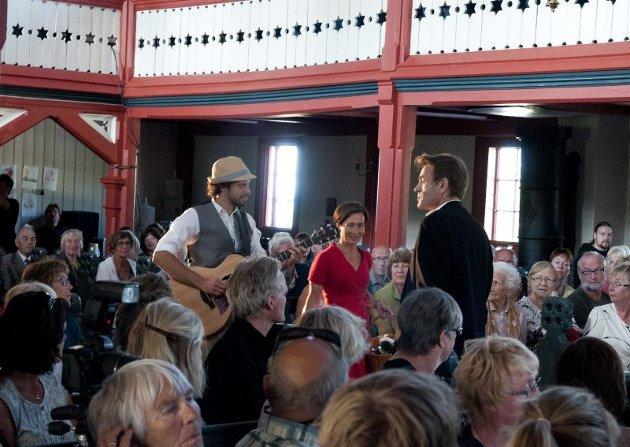 Musiker Trym Bjønnes og skuespillerne Eva Dons og Lasse Kolsrud ankom kirkerommet med musikk og sang.