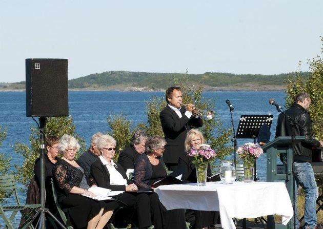 Stian Eilertsen spilte preludium på trompet under utegudstjenesten på Gildeskål kirkested søndag.