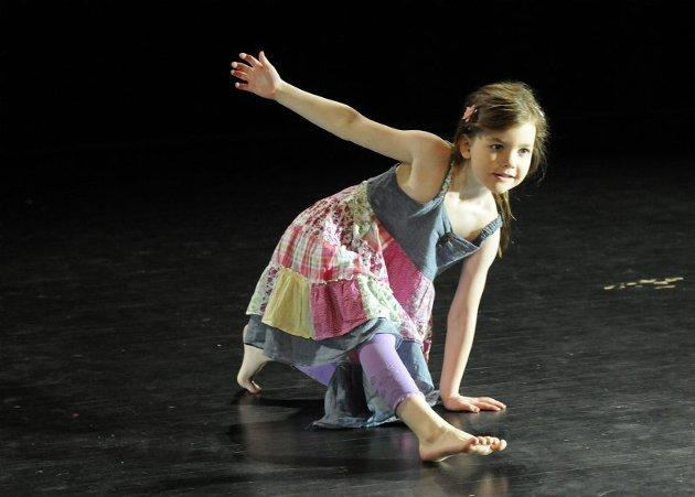 Seks år gamle Stine Nilsen fra Drag var en av de mange som sjarmerte publikum i senk i Hamsunsenteret lørdag kveld.
