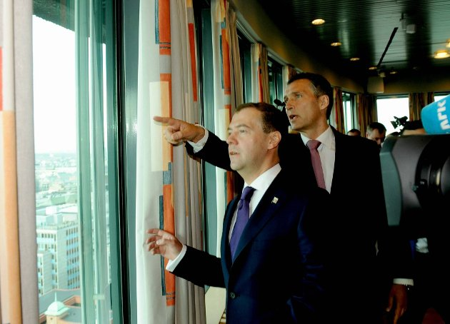 Statsminister Jens Stoltenberg innledet som tradisjonen er å vise Dmitrij Medvedev hvor Holmenkollen er.