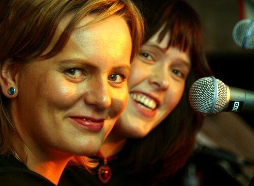 """SJEFANE: Frontfigurane i Pegasus Janne Linn Myren t.v og Annika Myklebust blir populært kalla """"Jannika"""". Det er deira tostemte koring som skapar særpreget i bandet. - Utan dei to strålande vokalistane våre i front ville vi vore berre eit coverband, seier nestor i bandet Tor Hjalte."""