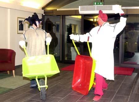 GJØGLERE: To av gjøglerne i hotellresepsjonen før paraden.