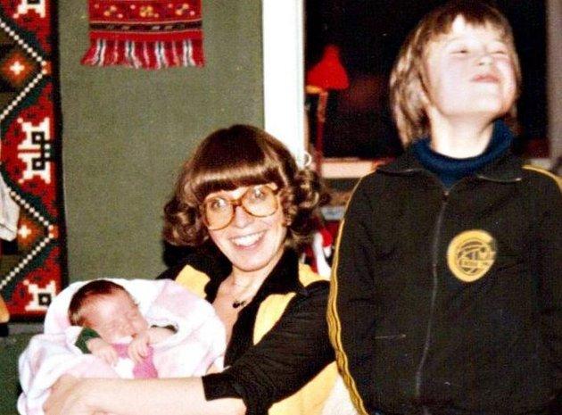 Randi sammen med nyfødte Eli Johanne og Runar i 1979.