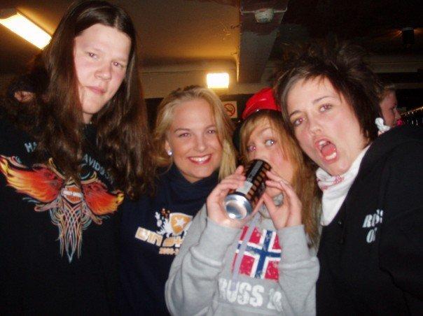 Festglade russ: Amund, Malin Neergaard, Marita Sivertsen og Therese Bjerkestrand. (Foto: Atlanten Russ 2007)