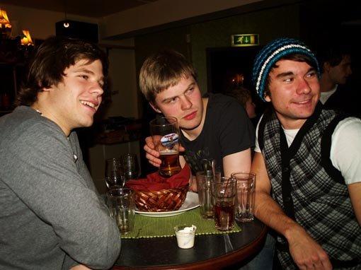 Mats Julian Olsen (19), Edvard Kristoffer Karlsen (19) og Daniel Fernando Ilstad (19) på Kafka.