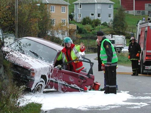 FASTKLEMD: Føraren av personbilen sat fastklemd, og måtte få førstehjelp på staden. Alle foto: Annbjørg Hauge Nygård