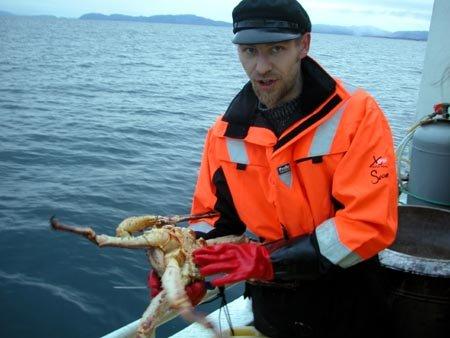 BIOLOGITIME: Skipper Geir Jørgensen forklarer forskjellen på hann- og hokrabbe.
