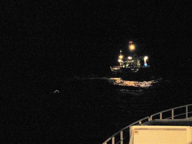 Torsdag 04.15. Ringnotsnurperen «Herøy» grunnstøter på Bjugna utenfor Vevang når den skal svinge unna en annen båt som kommer i motstat retning. Båten kjører seg opp på skjæret, og blir liggende og hugge. Mannskapet tar straks kontakt med Florø Radio for assistanse. Bildet:  «Herøy» er fast på Bjugna. Fotografert fra «Fonnes».