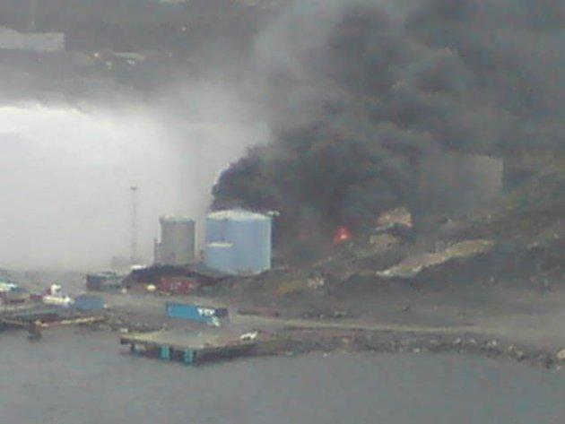 Etter eksplosjonen truet brannen flere tanker på området til Vest Tank (24.05.2007).