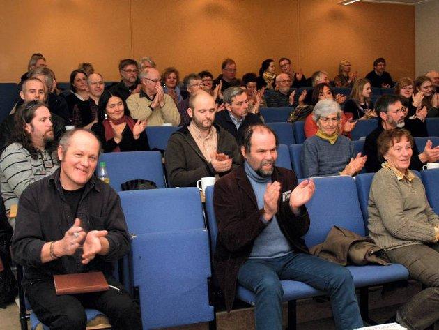 HADSTUSEMINARET 2008: Arrangør Stein Buan (foran til venstre) fikk god oppslutning om seminaret på Harestua skole, men han etterlyste interesse fra kunnskapshungrige lærere og journalister. FOTO: KJERSTI LUNDE BREVIG