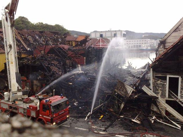 Brannen i Skuteviksbodene ble meldt ved 0415-tiden. Klokken 0730 holdt brannvesenet fortsatt på med etterslukking (08.08.2008).