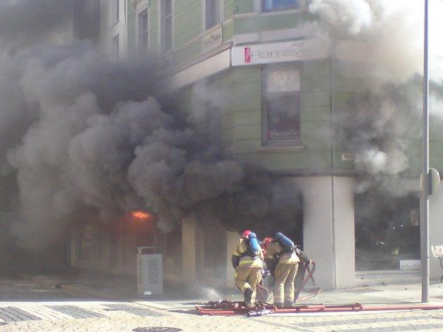 Brannmannskapene jobbet med å slukke brannen i Vestre Torggate.
