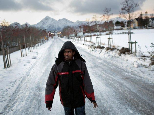 Nuur fra Somalia på vei til skolen for å avlegge norskprøve. Han har fått arbeidstillatelse, men venter på kommune for å bli plassert i, og bor foreløpig på mottaket.
