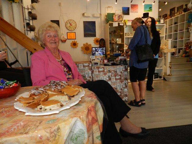 Reidun Brekke er fast kunde hos Ida Berg og syns det er kjempekoselig å besøke den lille butikken. Alle foto: Anja Lillerud