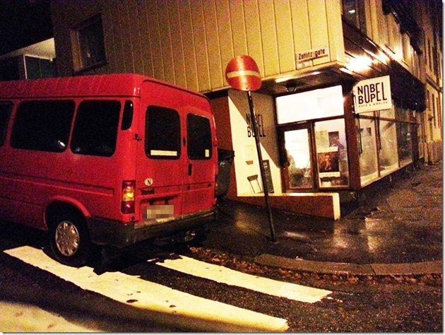 «Feilparkering x 3: Oppå fortau, oppå overgangsfelt og inn i en enveiskjørt gate. Blir ikke stort verre enn det :D», skriver innsenderen som har knipset dette bildet på Møhlenpris.