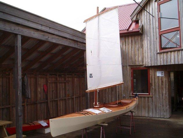 Tom Heggem er interessert i klassiske motorbåter. Her en av kanoene han har bygget (12.10.2009).