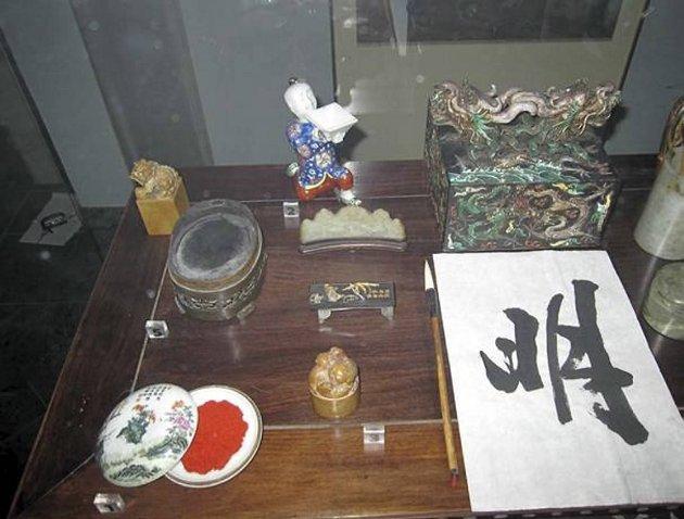 Bildet med de kinesiske symbolene er ikke stjålet. De andre gjenstandene er borte.