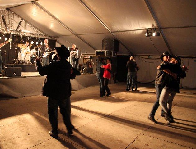 Under den første konserten i Lofoten Countryfestival med Homefolks, danset par i hjerter på dansegulvet. Dette var de første parene ute på gulvet.