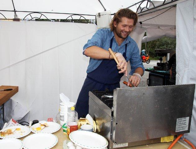 Kokken og tidligere Farmen-deltager Kim Sondre Hagen har vendt nesa si til hjemlige trakter for å kokkelere på sportsbaren. - Det er kjempefint at de åpnet bar her, og da jeg er veldig patriotisk til Leknes så synes jeg det er bra at folk vil satse på et slikt tilbud. De har klart å lage en relaxed stemning her, og det er positivt, sier kokken som både serverer cowboyfrokost, hvalwraps og hvalbifftallerken under festivalhelgen.
