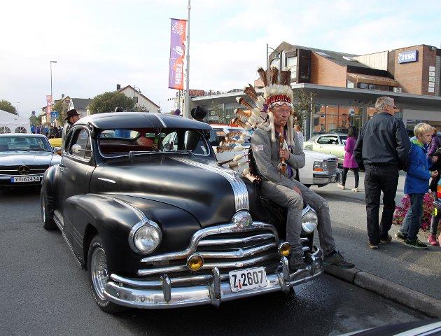 Antrukket som indianer og med sin Pontiac 47-modell, føler Johnny Fredheim fra Gravdal at han matcher bilen sin bra, da Pontiac ikke bare er merket på bilen men også var en Indianerhøvding. - Kostymet kjøpte jeg for 14 dager siden, og siden det er så mange cowboyer her, er det greit å se en indianer også, sier han.