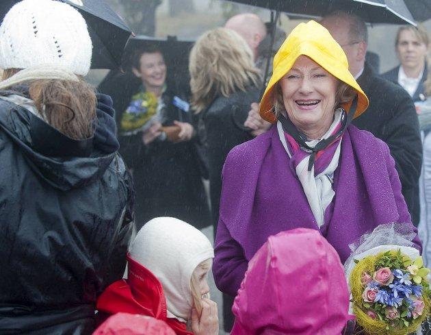 Dronning Sonja var utstyrt med en gul sydvest for anledningen. (2012)