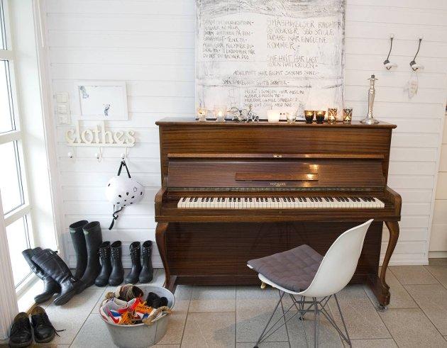 Det gamle pianoet fant Trude hos Henrik Eide. Stolen er en klassisk Eames Plastic side chair.