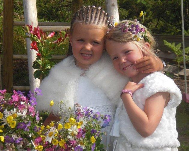 Mia og Frida klar for Jonsok-feiring på Leiknes skule, Hjelmås.