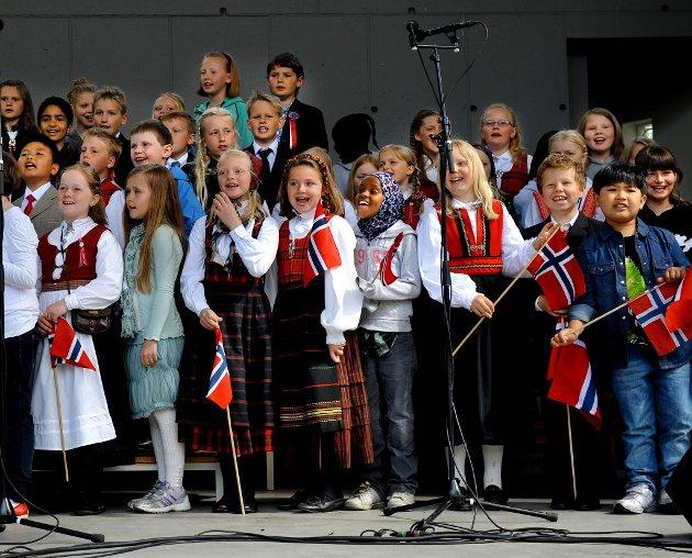 17.mai på Gjøvik Underholdning av 5 trinn ved Blomhaug skole.