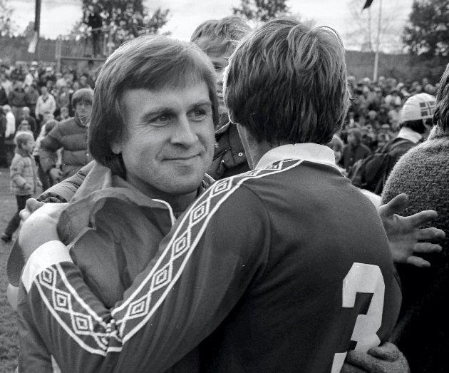 KILs opprykkskamp 10. oktober 1982. Even Pellerud gratulerer Vidar Sanderud.