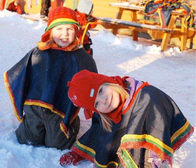 Linnea og Erle koser seg på markeringen av Samefolkets dag i Prestelva barnehage.