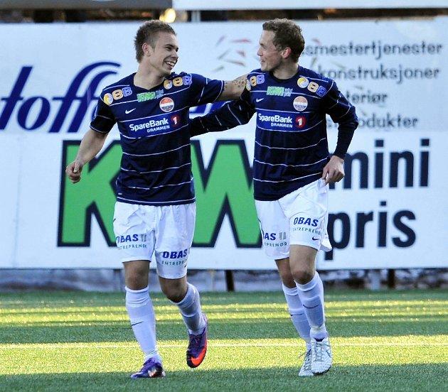 Super-Godset scoret fire mål denne runden. Her gratuleres Marcus Pedersen med sitt andre mål av kelner Øyvind Storflor.