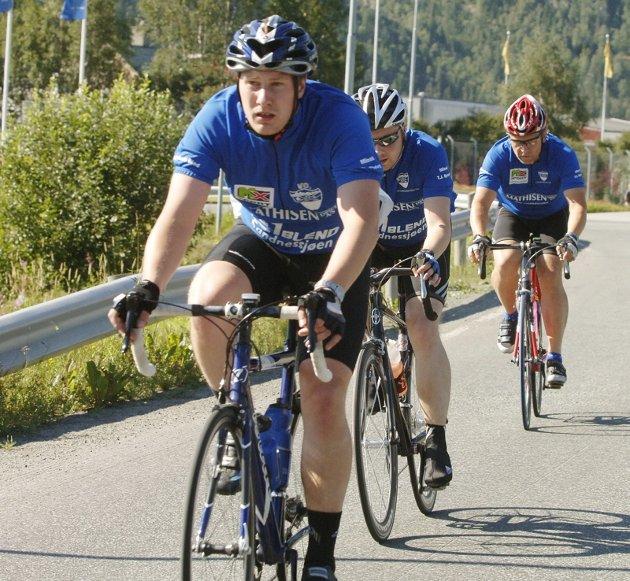 En gjeng fra Sandnessjøen og Omegn Cycleklubb i godt driv.