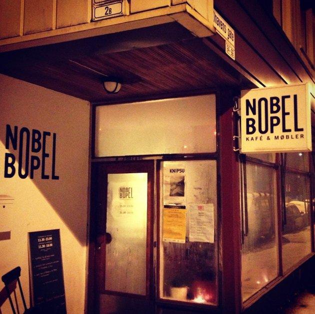 De duggete vinduene skjuler for den gode stemningen på spisestedet Nobel Bopel. Foto: Sara Fagerbakke
