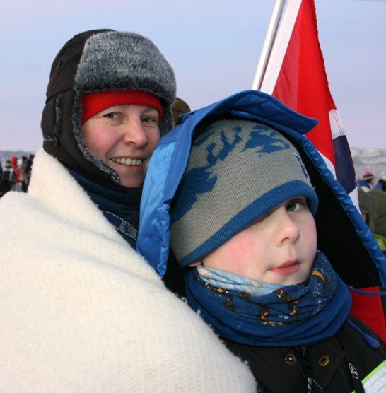 Berit Kjernlie og sønnen Lars Håvard var på plass i kulda også til den første rallyetappen.