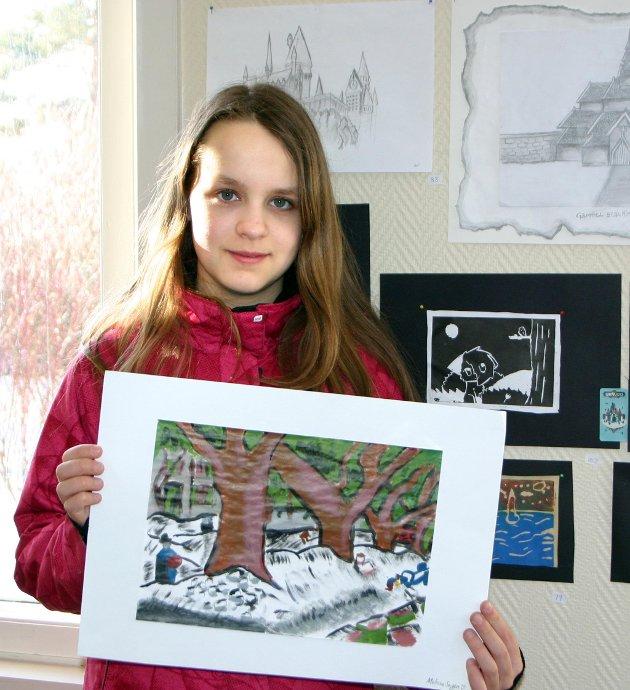 Melissa Sagen Clarke (12) fra Hemnes med sine bidrag til fylkesmønstringen, et på veggen og et i hånda.