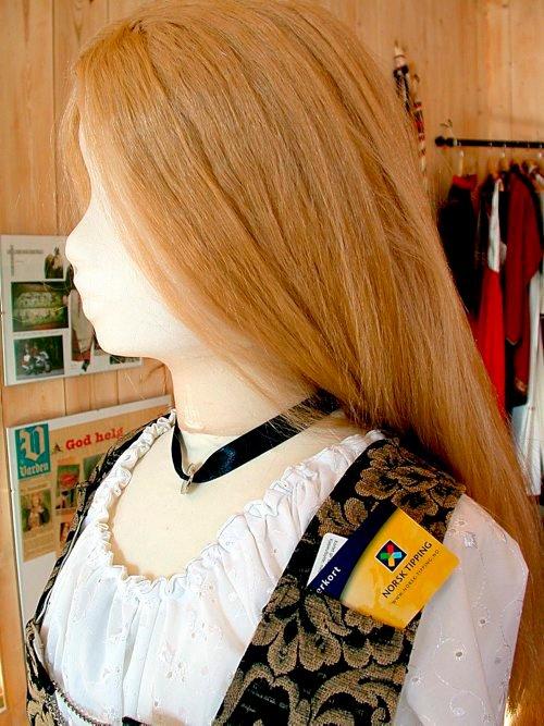 Ved siden av å ha et kronekjede som halspryd, er modellen utstyrt med en spesial lomme for bankkort.