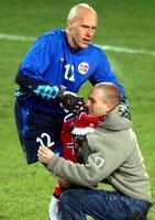 Den norske keeperen, Frode Olsen, tok en spansk en da to supportere løp inn på banen 20 minutter før kampslutt. Olsen taklet den éne i lårhøyde og dro ham deretter opp etter skjerfet.