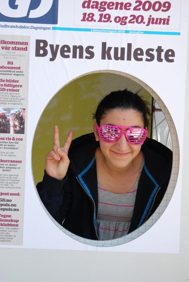Det er ikke tvil om at Sahar Sharifi (17) er kul med de solbrillene der. Hun har akkurat fått ferie fra Lillehammer videregådene. I sommer skal hun jobbe på Mc Donalds og deretter ett år på utveksling i USA:.