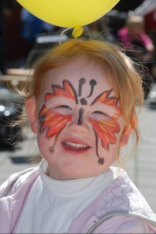 - Har ikke jeg fått fin sommerfugl, smiler Inger Hauklien.