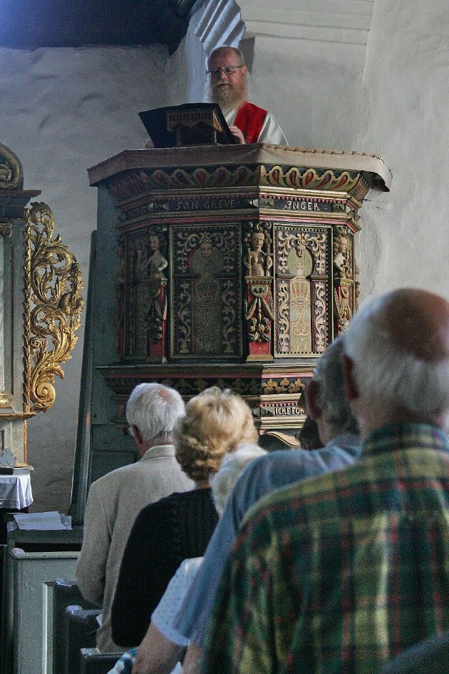 Sogneprest Petter Lind forrettet under Olsokmessen i Fiskum gamle kirke.