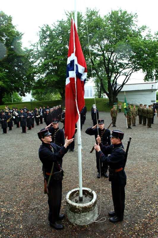 Samtidig markering over hele landet at det er 100 siden det norske flagget ble heist. På Bergenhus var det salutter, soldater, krigsveteraner og prominente gjester da flagget ble heist klokken 10.00.