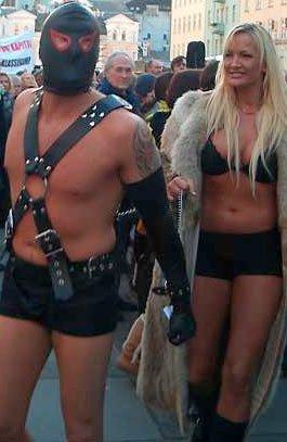 Tore Coughlin hadde varslet at han ville provosere på kvinnedagen og kom dragende med lettkledde damer til arrangementet på Torgallmenningen (08.03.2006).