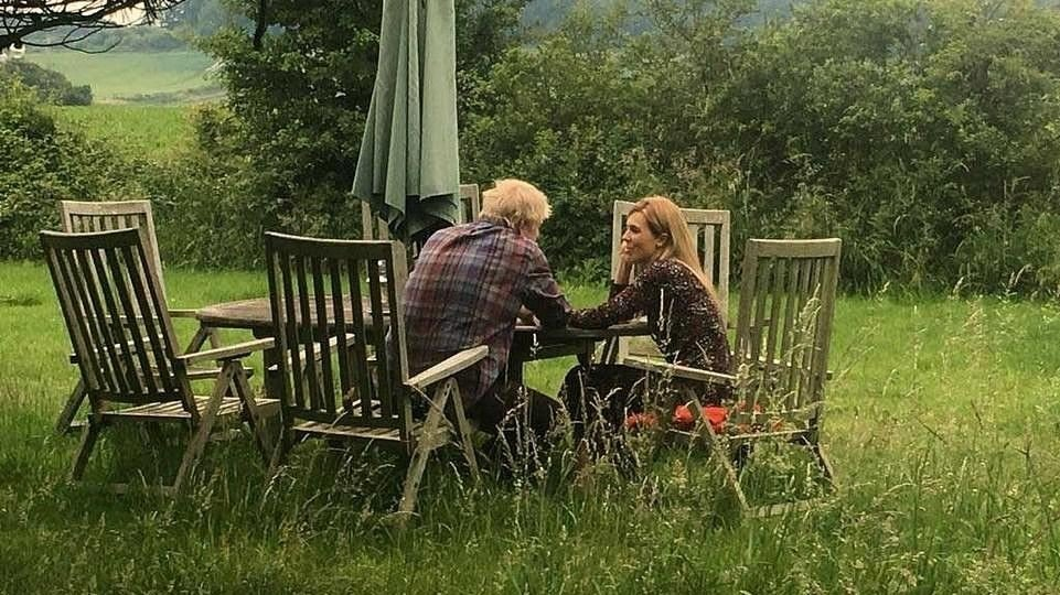 313949b6 Et bilde av Boris Johnson og Carrie Symonds blir beskyldt for å være  iscenesatt