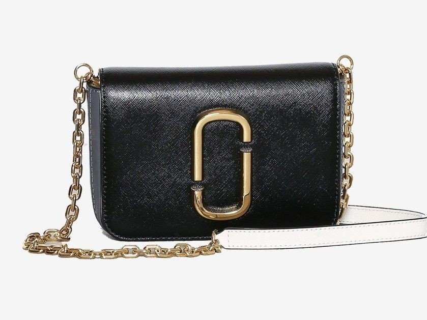 22434a78 Dette er en enkel, sort veske fra populære Marc Jacobs i ekte skinn. Skaff  deg den til 40 %. Her får du tak i den.
