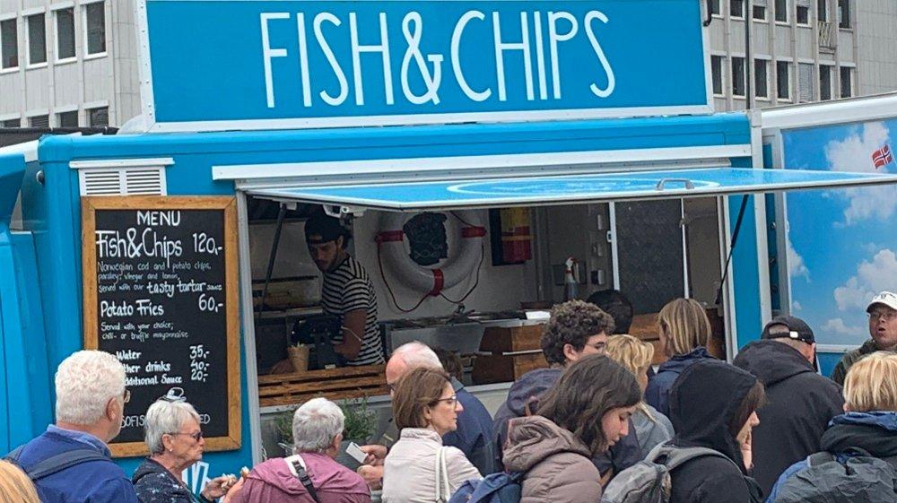 FISK TIL FOLKET: Rolig dag på Fisketorget (bildet over) - atskillig mer trøkk foran matvogna med fish&chips 100 meter unna (bildet under). Foto: Morten Solli (Nettavisen)